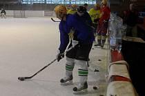 Hokejisté klubu NED Hockey Nymburk, kteří se chystají na další druholigovou sezonu, polykali první dávky na ledové ploše. Sešlo se třicet borců