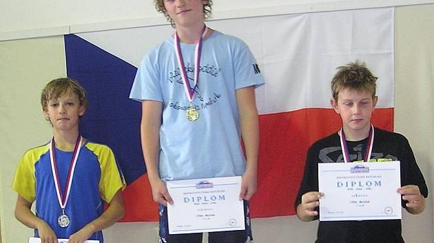 Dvanáctiletý plavec nymburské Lokomotivy David Noll (uprostřed) se stal v Kopřivnici mistrem republiky v plavání na trati  sto metrů motýl
