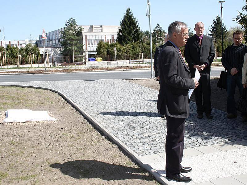 Desku odhalili starosta Ladislav Langr spolu s předsedou Židovské obce Prahy Františkem Banayem.