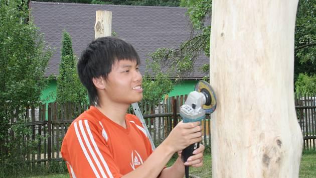 V Jizbicích připravují dobrovolníci z celého světa tábor pro autistické děti.