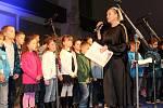 V Milovicích zpívali koledy s Bárou Basikovou.