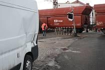 Ve čtvrtek ráno se srazila na přejezdu v Tyršově ulici v Nymburce dodávka s nákladním vlakem. Nikdo nebyl naštěstí zraněn.