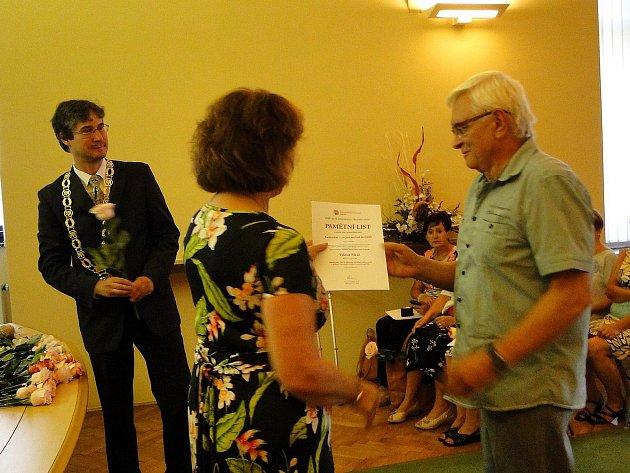 Slavnostní předání pamětních listů se konalo v obřadní síni městského úřadu.