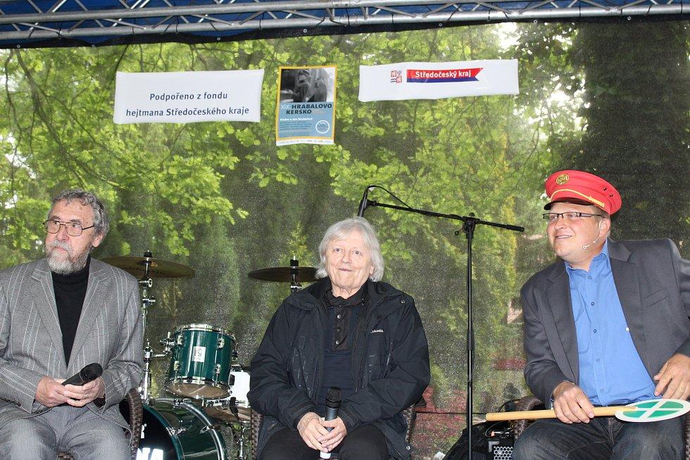 Jedním z významných hostů XIX. ročníku Hrabalova Kerska byl zpěvák a herec Václav Neckář. Doprovázel ho bratr Jan, hudební skladatel a kapelník skupiny Bacily.