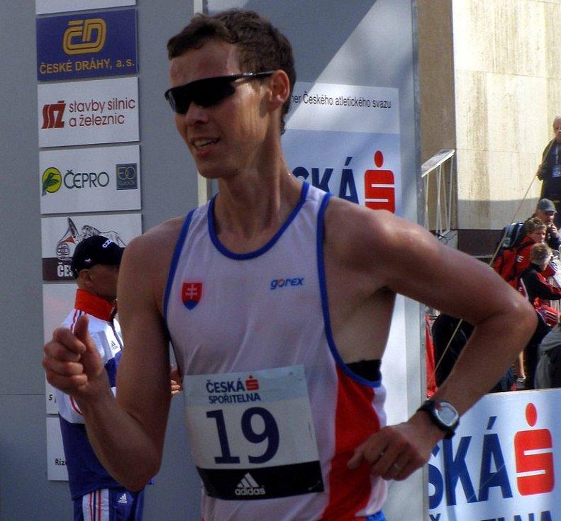 Vítězný Matej Tóth si kráčí pro první místo