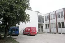Vchod do bývalé družiny Základní školy Na Valech.
