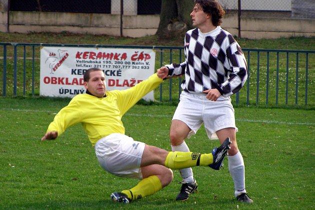 Fotbalisté Sadské vyhráli okresní derby v Milovicích. Brankou pomohl svému týmu i útočník Hrdlička (vpravo).