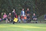 Fotbalisté Kostelní Lhoty (ve žlutém) hostili v dalším kole okresního přeboru nováčka z Kněžic