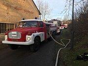 Jedenáct hasičských aut včetně výškové techniky se ve středu odpoledne sjelo k ohni ve vsi Lensedly nedaleko Ondřejova na Praze-východ, která je součástí obce Kaliště. Dvě hodiny po poledni tam byli hasiči přivoláni k požáru truhlářské dílny.