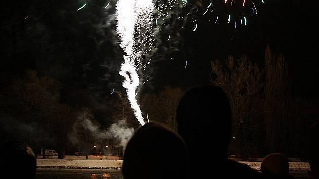 Nymburk přivítal Nový rok v sobotu odpoledne bombastickým ohňostrojem.
