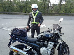 Policisté rozdávali retroreflexní kšandy motorkářům