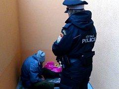 Strážníci po ohlášení od místních objevili bezdomovce u zadního vchodu jednoho z domů na sídlišti.