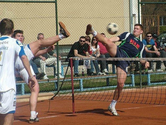 V prvním extraligovém utkání nohejbalistů prohrál tým Čelákovic (v modrém) na kurtech Modřic 1:6