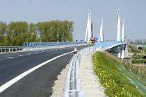 Most, který je součástí obchvatu Nymburka.