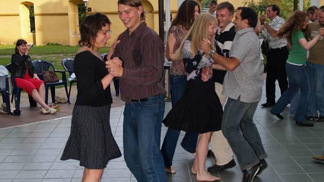 Ústav jazykové a odborné přípravy Univerzity Karlovy, se snažili ve středu v zámecké zahradě aspoň o základní kroky našeho národního tance.
