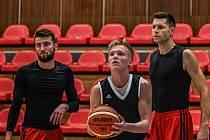 Martin Holoubek (s míčem) na tréninku nymburského basketbalového A týmu