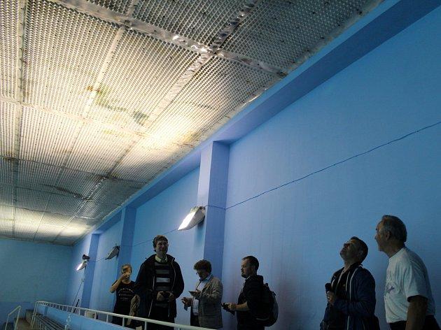Statik vyzval radnici k zavření plaveckého bazénu. Do toho současného se tak už veřejnost zřejmě nikdy nepodívá.