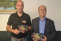 Sládek Bohumil Valenta a ředitel pivovaru Pavel Benák s plaketami z Žatecké Dočesné