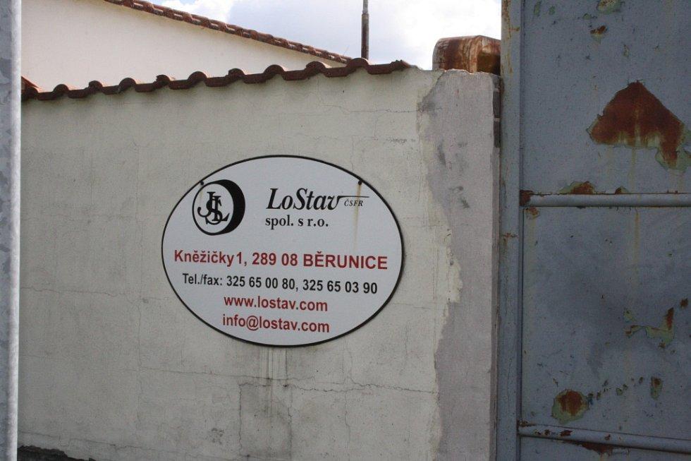 Jméno firmy u vstupu do areálu podle místních nesouhlasí se současným provozovatelem.