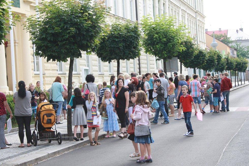 První vysvědčení v 1. B ZŠ Komenského v Nymburce.