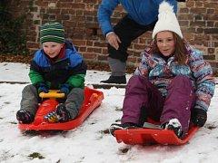 Sourozenci Lilly a Sebastian Allen z Austrálie si na plno užívají sníh v Nymburce i s dědečkem.