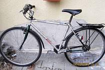 Zloděj se pokusil u nádraží ukrást kolo na snímku. Hledá se jeho majitel