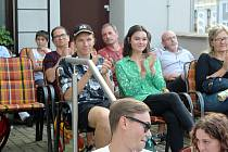 Zhruba tři desítky zájemců přišly v úterý večer strávit příjemné chvilky v letní čítárně nymburské knihovny. V rámci nového cyklu akcí se uskutečnil koncert kapely Huafi.