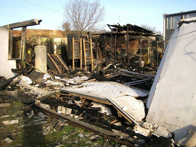 V Přerově nad Labem shořel dům