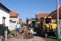 Největší práce na kanalizaci v Sánech proběhly v létě.