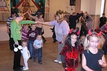 Stovka malých čertíků a Kateřinek tančila a soutěžila v kulturním sále, mezi nimi i bílá myška.