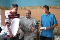 Nymburští basketbalisté Radek Nečas, Ladislav Sokolovský a tiskový mluvčí Jiří Zídek předali dar nymburské porodnici