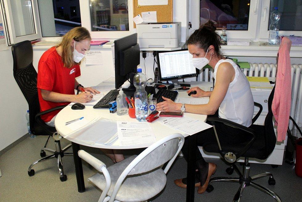 Administrativní centrum městecké akce, vpravo Lucie Drobík Kolářová.