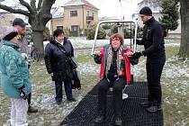 V Poděbradech slavnostně otevřeli Fit park s pěti prvky ke cvičení. Jsou vhodné pro cvičence ve věku od 14 do 100 let se zátěží maximálně 120 kilogramů.