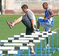 Ivan Šlehobr ukazuje svým svěřencům co mají trénovat.