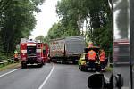 Senior v osobním autě sjížděl z železničního nadjezdu ve směru od Hradce na Poděbrady.