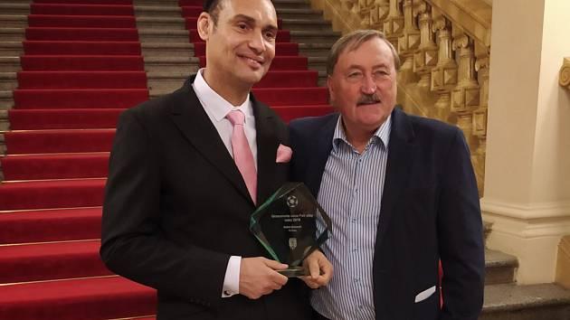 Cenu fair play dostal fotbalista Hředlí Bethel Amauwah (vlevo). Na slavnostním galavečeru se mohl vyfotit s fotbalovou legendou Antonínem Panenkou.