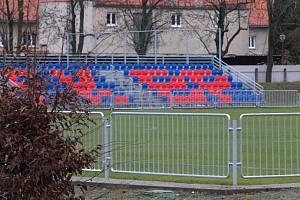 Pusto, prázdno. Fotbalisté mají volno, fanoušci jsou doma, stadiony zejí prázdnotou...