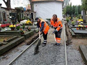 Nové chodníky s dlažbou proměňují hřbitov