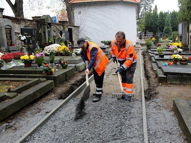 Nové chodníky se zámkovou dlažbou vznikají na nymburském hřbitově.