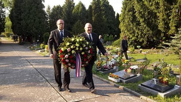 Představitelé Nymburka a poslanec Miroslav Jeník položili věnce u hrobu padlých na hřbitově i pomníku naproti Husova sboru