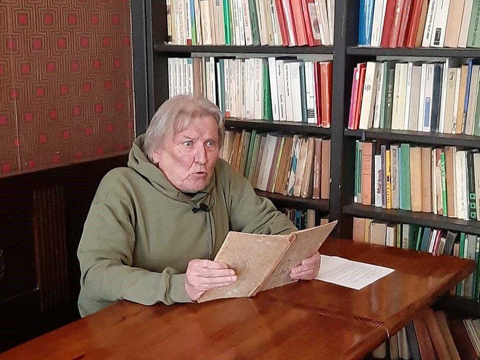 Jiří Teper čte dětem.