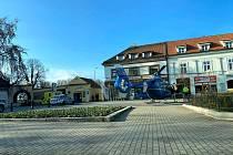 Na poděbradském náměstí přistál záchranářský vrtulník.