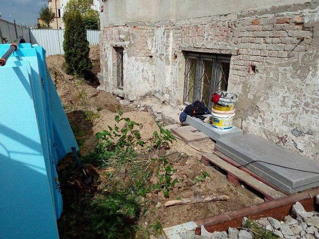 DDM v Nymburce čeká zásadní oprava venkovních částí budovy. Vnitřní prostory tak získají lepší hygienický komfort, protože do budovy se už nebude natahovat voda. Nyní začali pracovníci dodavatelské firmy podřezávat budovu kvůli vysušení zdiva.