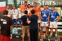 MISTŘI REPUBLIKY. Nohejbalovými šampiony se v Čelákovicích stala trojice Šacungu Benešov. Druzí skončili borci Modřic A, třetí byl modřický B – tým