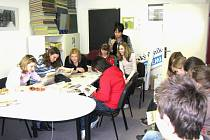 Děti ze Základní školy v Sadské spolu s Evou Jurinovou vyzkoušely, jaká je práce novinářů.