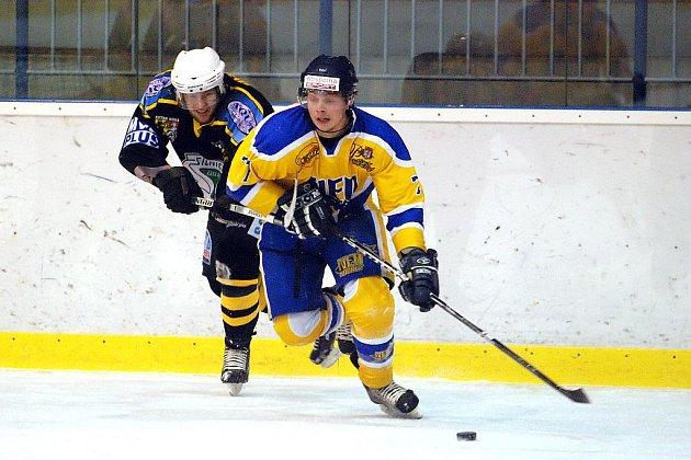 Dohrávka jedenáctého kola druhé ligy skupiny Střed se nymburským hokejistům (hrají ve žlutém) povedla na výbornou. Vyhráli totiž v derby na ledě Kutné Hory 3:0