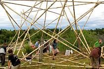 Týden před zahájením Freeze festivalu si účastníci Work kempu krášlili prostředí k obrazu svému