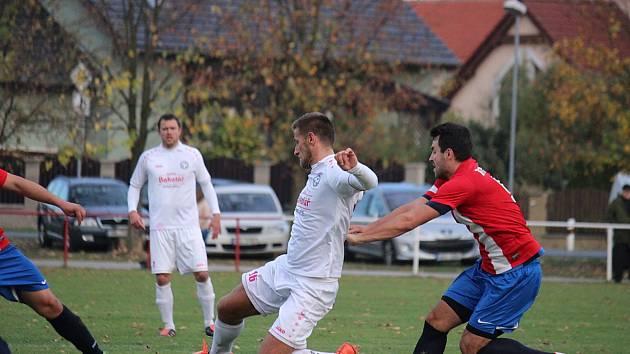 Fotbalisté Pátku (v červeném) prohráli doma s Hlízovem jasně 0:5.