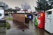 Na některých místech zmizely kontejnery v dřevěných ohrádkách.