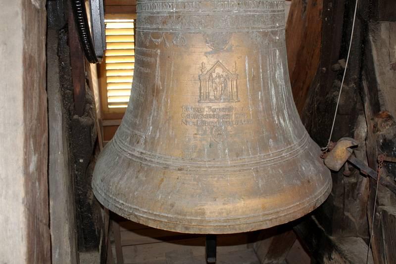 Zvon ve věži kostela sv. Jiljí v Nymburce.